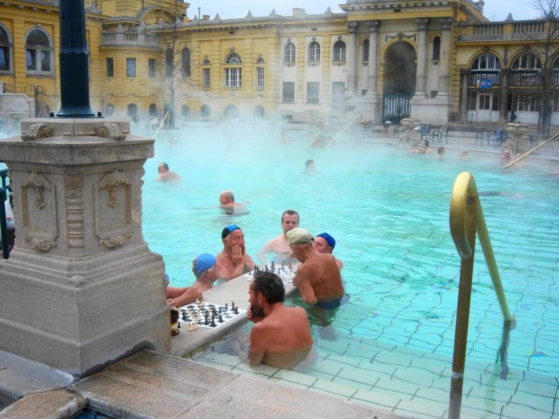 jugando-al-ajedrez-en-balneario-szechenzyi-budapest
