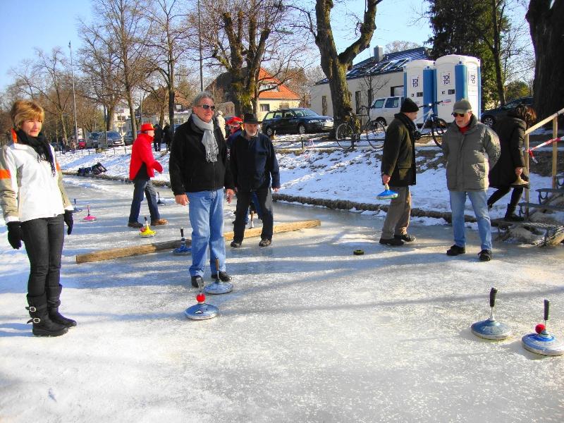 jugando-al-curling-en-rio-congelado-munich