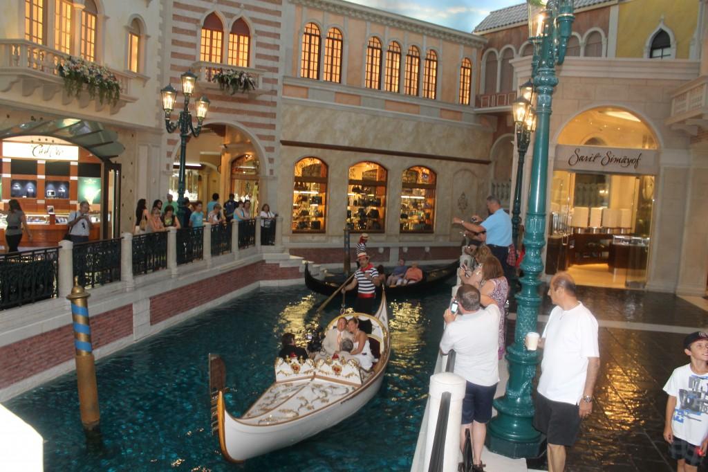 Una boda se efectuaba en el canal dentro del Venetian