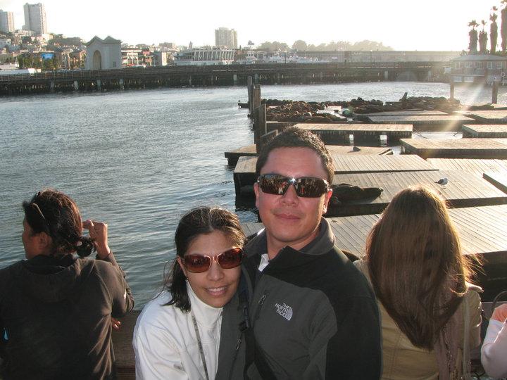 En el Pier 39 del Fisherman's Wharf con los leones marinos al fondo
