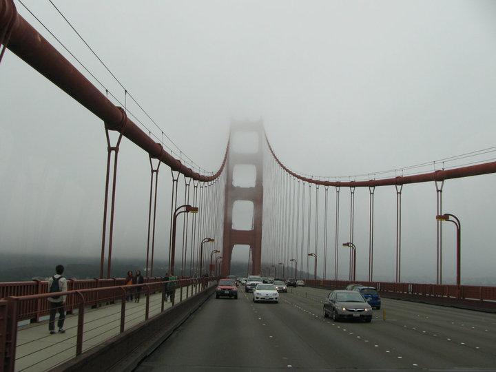 La neblina se hacía presente en el puente Golden Gate