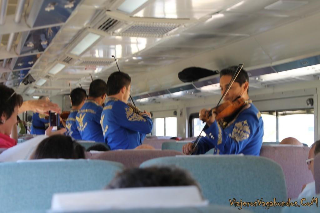Mariachis dentro del tren