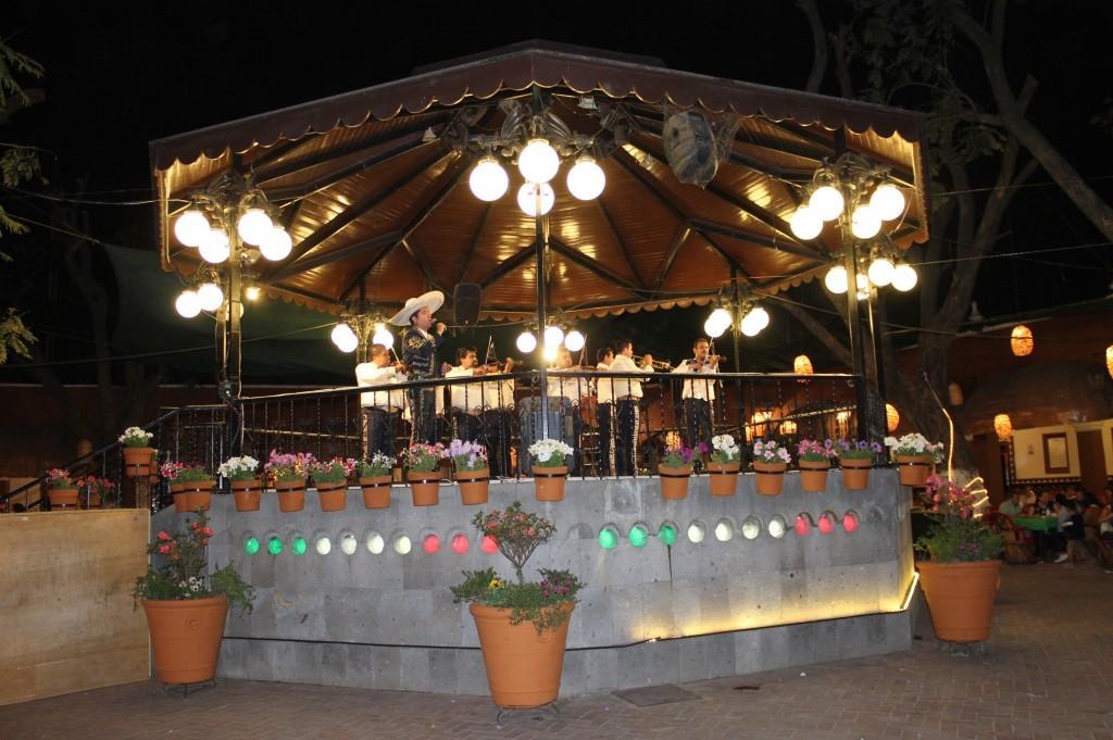 Mariachi cantando durante la noche