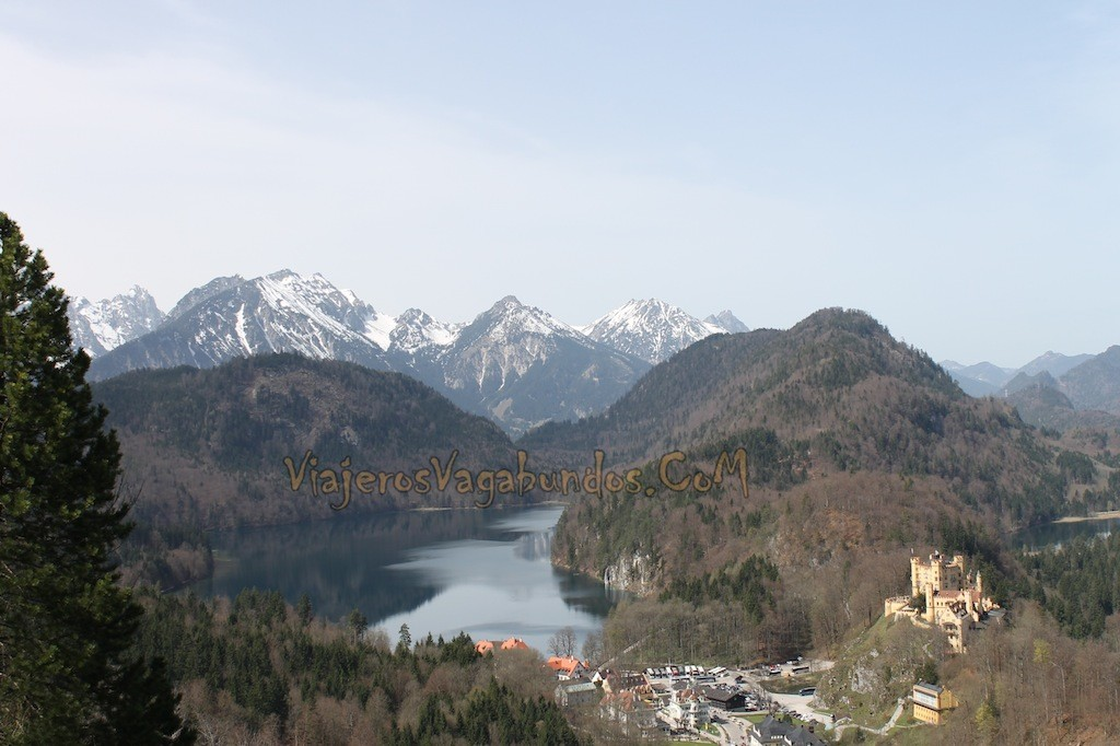 Vista desde lo alto de los Alpes con el Castillo Hohenschwangau abajo a la derecha