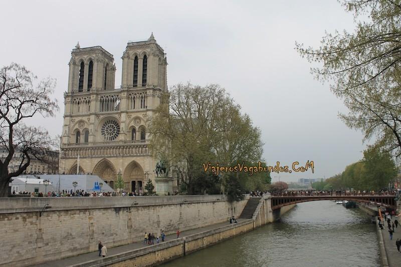 Notre Dame a un lado del Sena