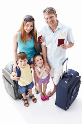 Familia lista con pasaporte y equipaje