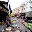 Tren cruzando mercado en Tailandia