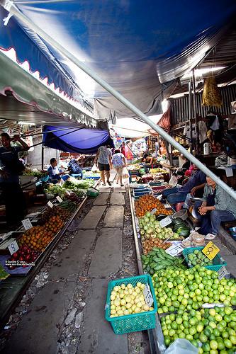 Mercado de Tailandia sobre vías del tren