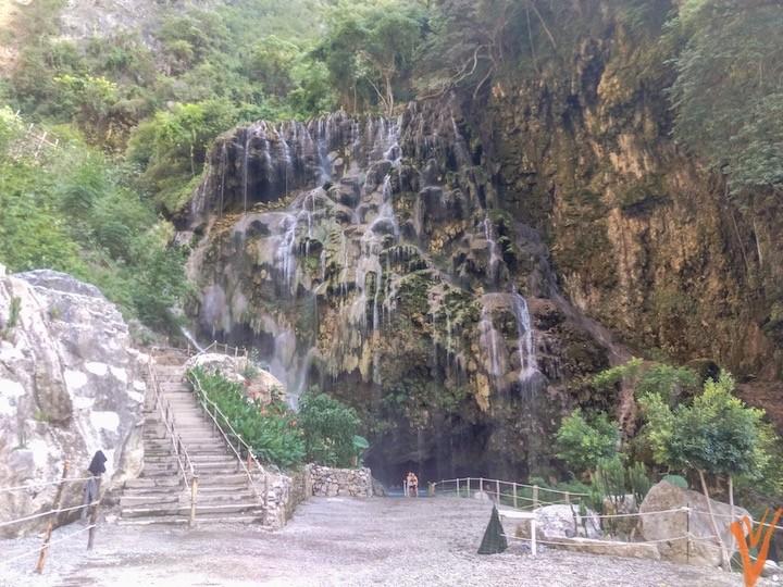 fachada de la gruta  al final del río