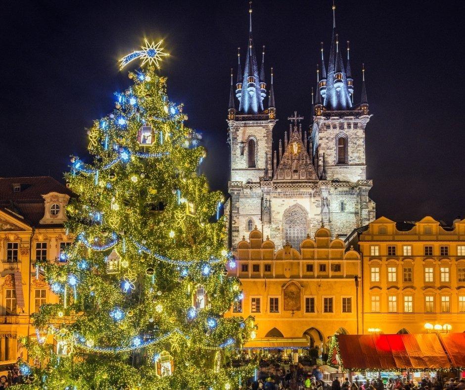 árbol navideño en plaza de Praga
